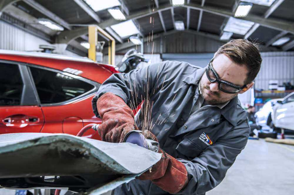 automotive body repairer On the low end, automotive body and glass repairers earned a 25th percentile salary of $31,590, meaning 75 percent earned more than this amount.